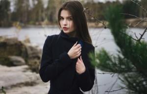Цветовая гамма пальто 2016 — серая, капучино, горчичного оттенка, синяя, цвета марсала. Черный и белый цвета.